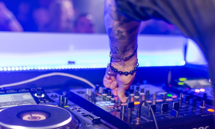 10 Things to Consider When Booking a DJ For Your Event